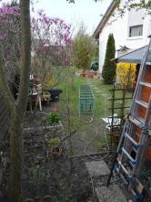 Hier erscheint der Garten noch recht chaotisch